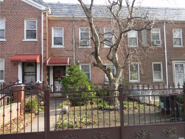 4 BR,  2.50 BTH  Colonial style home in Long Island City