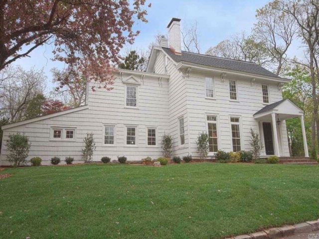 6 BR,  2.50 BTH Colonial style home in Smithtown