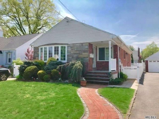 3 BR,  2.00 BTH  Ranch style home in Mineola