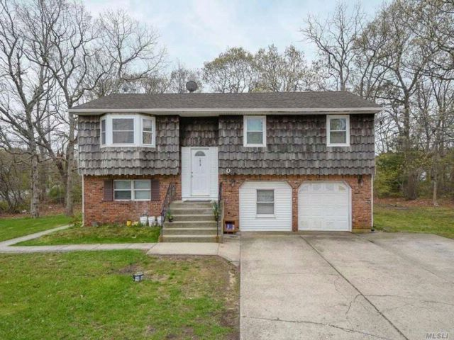 5 BR,  3.00 BTH Hi ranch style home in Bohemia