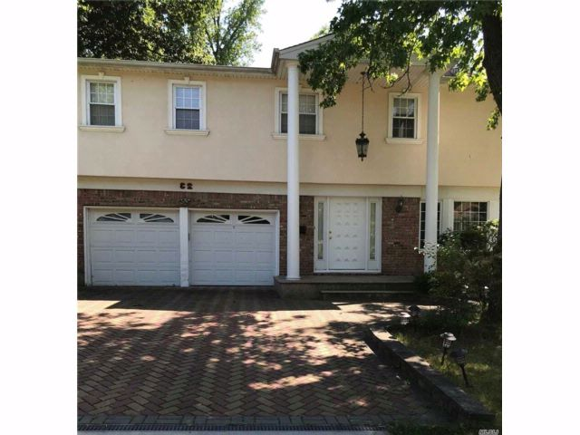 4 BR,  2.50 BTH Colonial style home in Searingtown
