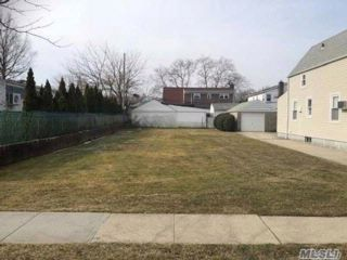 Lot <b>Size:</b> 40x100 Land style home in Bellerose