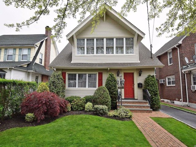 4 BR,  1.00 BTH Colonial style home in Bayside