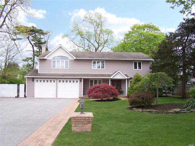 5 BR,  2.50 BTH Colonial style home in East Islip