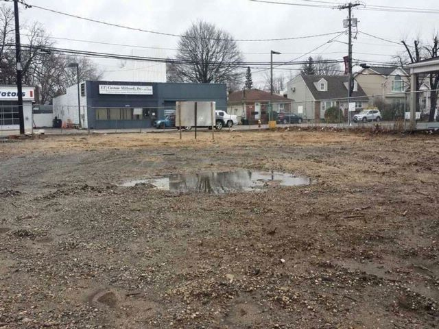 Lot <b>Size:</b> 80x120 Land style home in North Bellmore