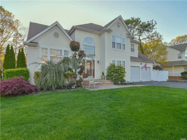 4 BR,  3.50 BTH Colonial style home in Coram