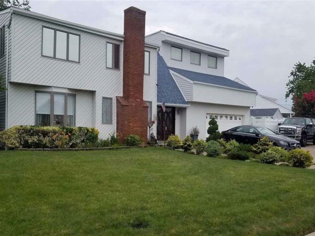 4 BR,  3.00 BTH  Contemporary style home in Massapequa