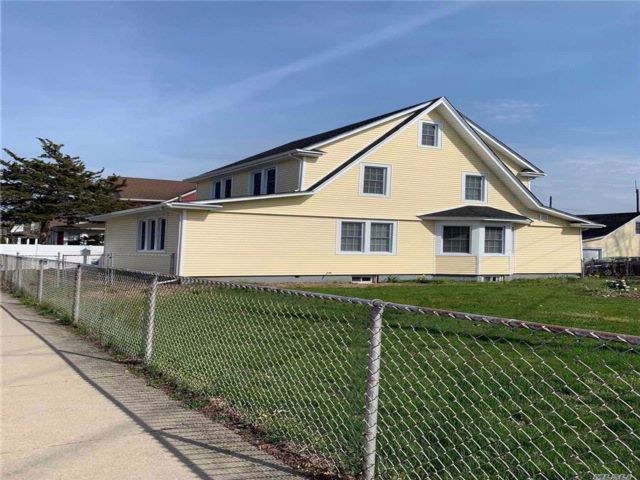3 BR,  2.00 BTH 2 story style home in Hicksville