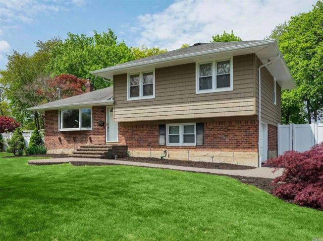 3 BR,  3.00 BTH  Split style home in Commack