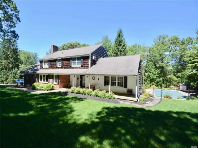 4 BR,  2.50 BTH Colonial style home in Smithtown