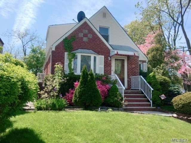 4 BR,  3.00 BTH Exp cape style home in Fresh Meadows