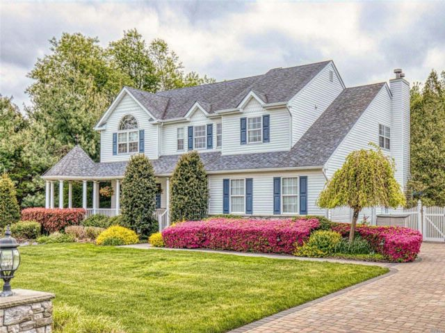 5 BR,  3.50 BTH Colonial style home in Mt. Sinai