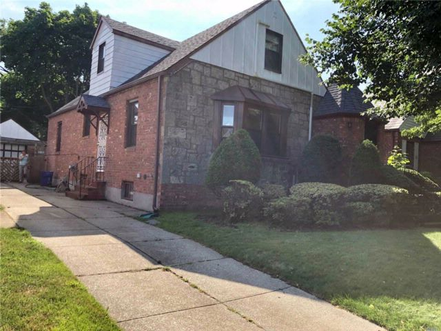 4 BR,  2.50 BTH Cape style home in Fresh Meadows