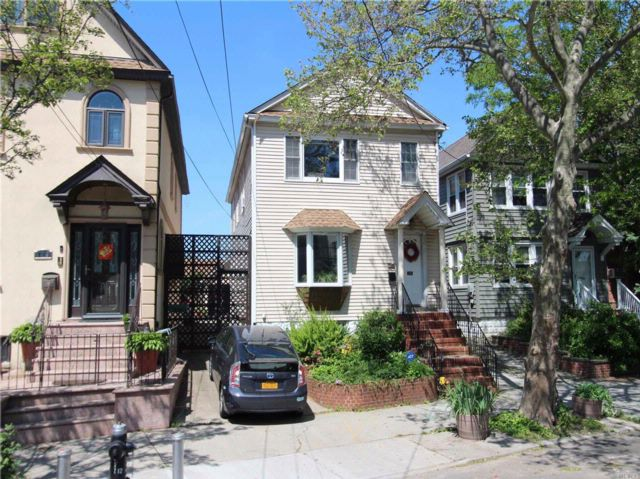 5 BR,  2.50 BTH 2 story style home in College Point