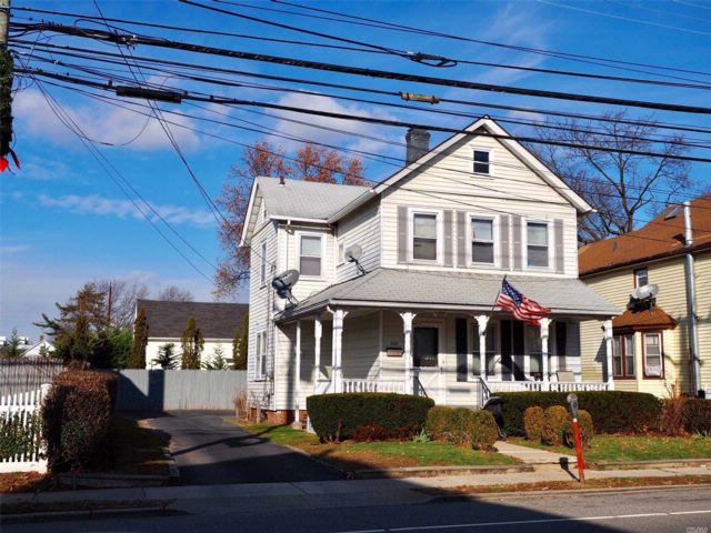 1 BR,  2.00 BTH  Colonial style home in Westbury