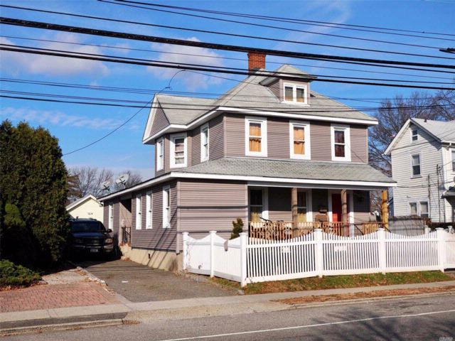 6 BR,  2.00 BTH  Colonial style home in Westbury
