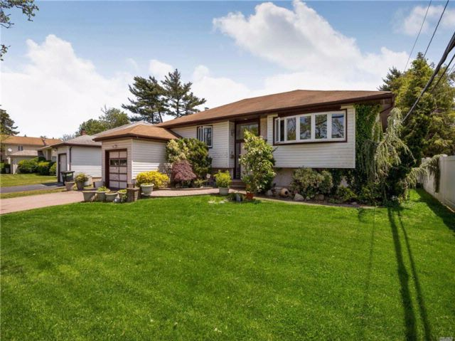 4 BR,  3.00 BTH Ranch style home in North Woodmere