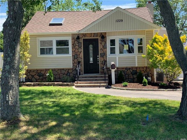 3 BR,  2.00 BTH  Split style home in West Babylon