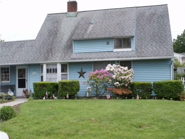 4 BR,  2.00 BTH  Exp ranch style home in Westbury
