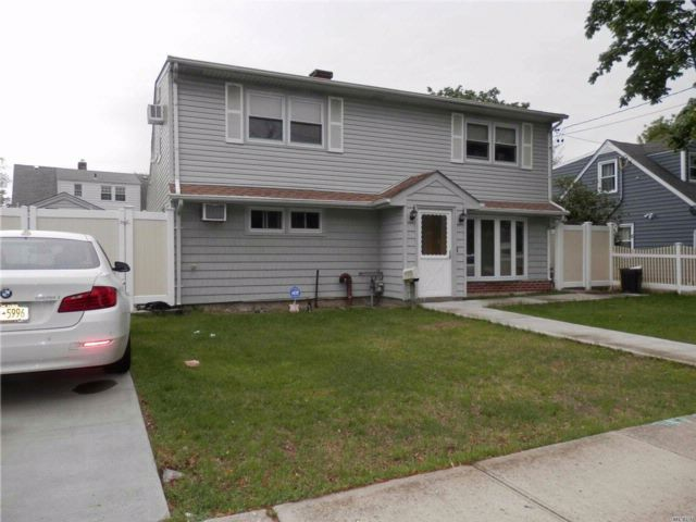 3 BR,  2.00 BTH 2 story style home in Hewlett
