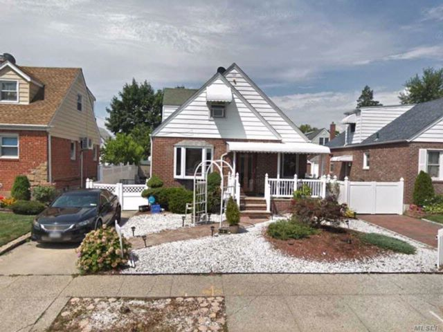 4 BR,  3.00 BTH  Cape style home in Bellerose