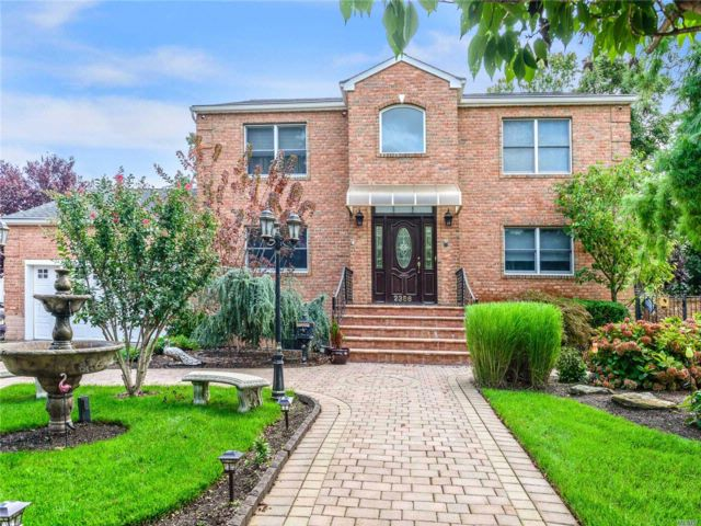 4 BR,  3.50 BTH Colonial style home in Bellmore