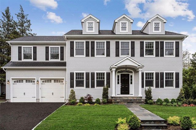 5 BR,  2.50 BTH Colonial style home in Garden City