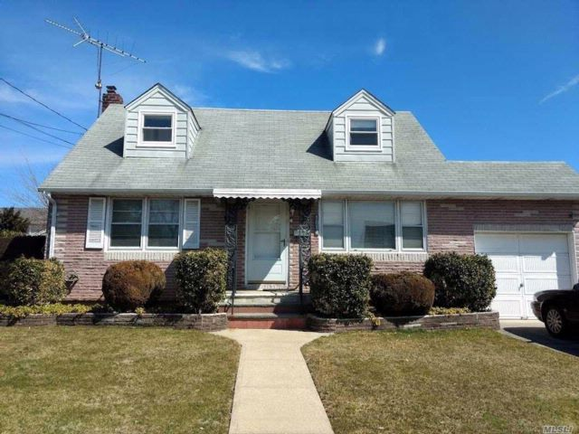 4 BR,  2.00 BTH Exp cape style home in Westbury