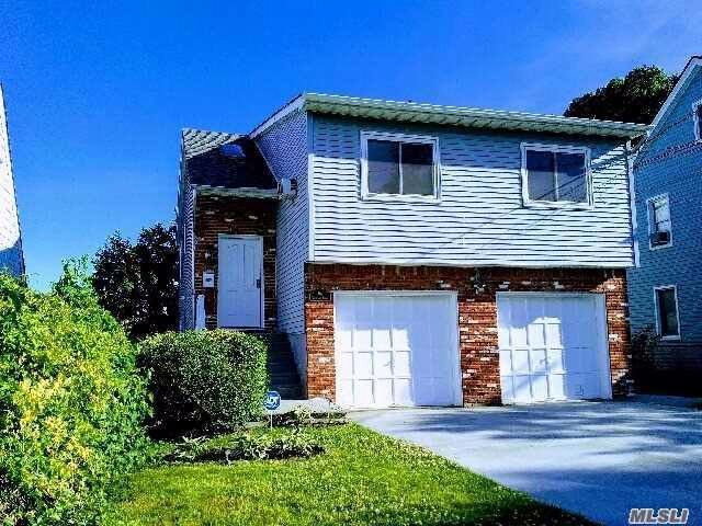 4 BR,  3.00 BTH  Hi ranch style home in Roslyn Heights