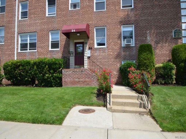 1 BR,  1.00 BTH Co-op style home in Roslyn Heights