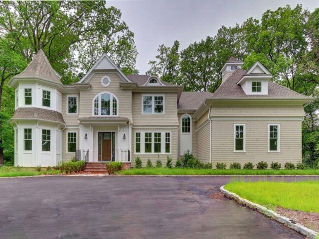 6 BR,  5.50 BTH  Colonial style home in Lloyd Harbor