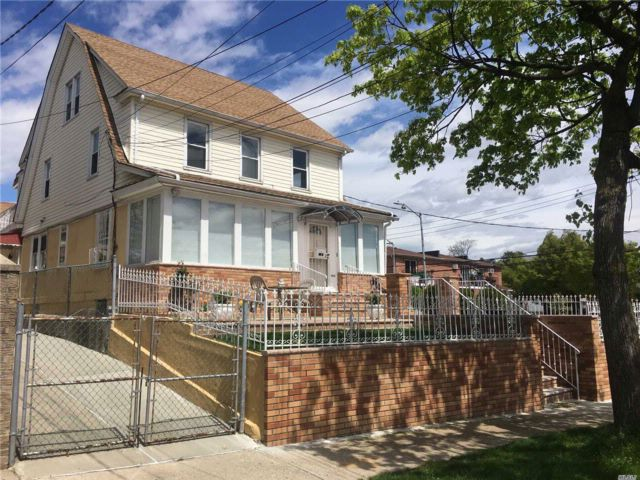 8 BR,  3.00 BTH Colonial style home in Flushing