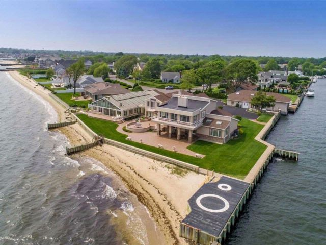 5 BR,  4.56 BTH Estate style home in West Islip