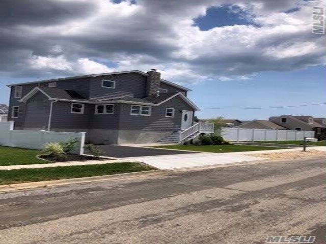 4 BR,  2.50 BTH  2 story style home in Lindenhurst