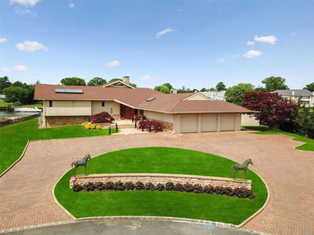 4 BR,  3.50 BTH Contemporary style home in Hewlett Harbor