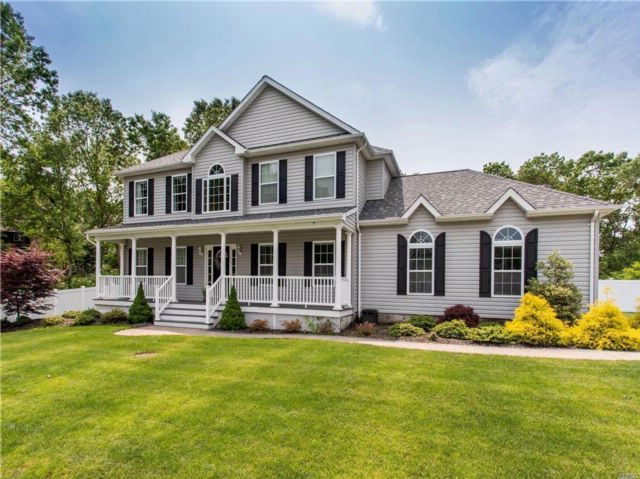 4 BR,  2.55 BTH Colonial style home in Ronkonkoma