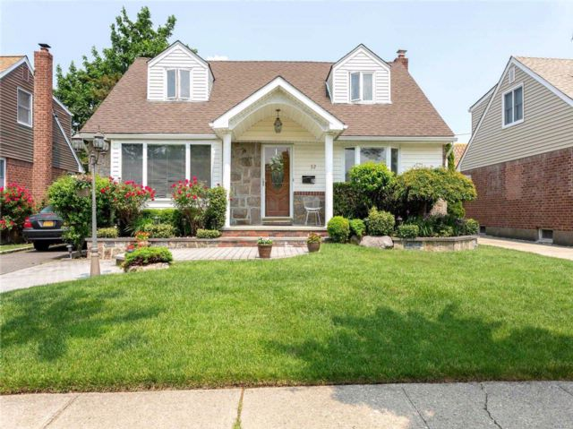 6 BR,  2.00 BTH Exp cape style home in Mineola