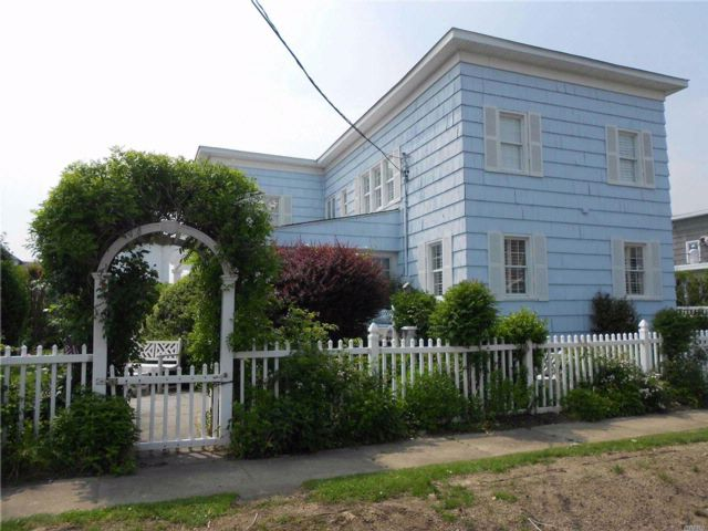 3 BR,  3.00 BTH  Colonial style home in Atlantic Beach