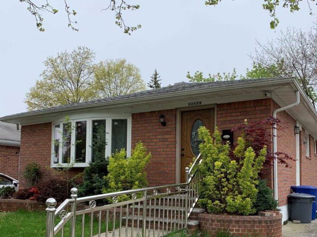 3 BR,  3.00 BTH Ranch style home in Oakland Gardens