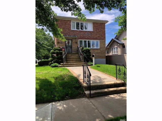 6 BR,  3.00 BTH  2 story style home in Howard Beach
