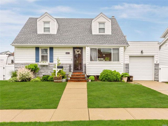 4 BR,  2.00 BTH 2 story style home in Freeport