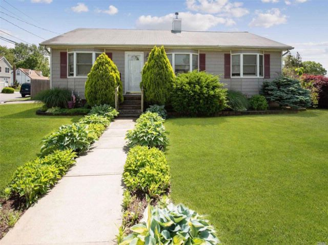 3 BR,  1.50 BTH Ranch style home in West Babylon