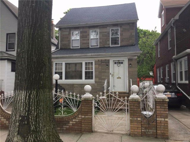 4 BR,  3.00 BTH  Colonial style home in St. Albans