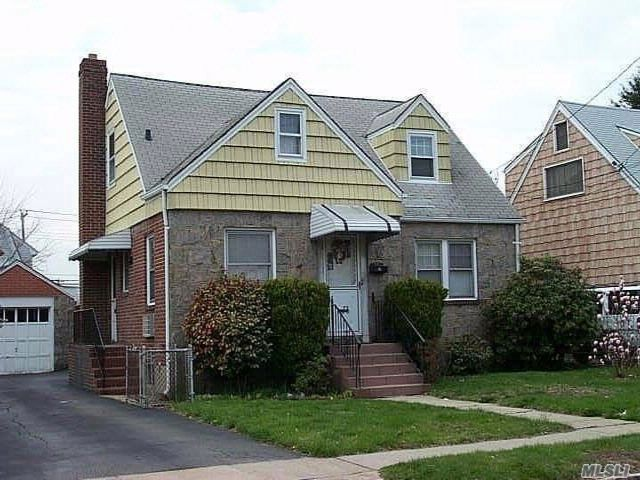 2 BR,  1.00 BTH  Apt in bldg style home in New Hyde Park