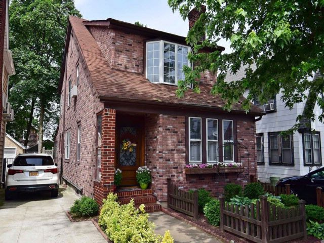 3 BR,  1.50 BTH Colonial style home in Flushing