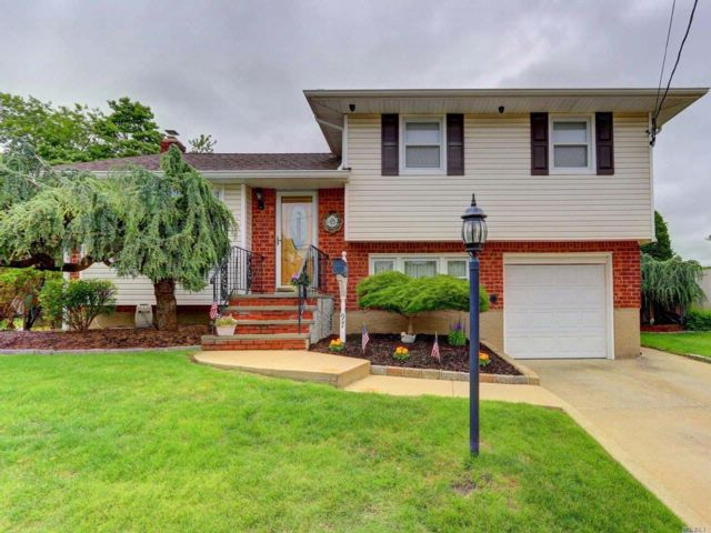 3 BR,  2.00 BTH  Split style home in West Hempstead