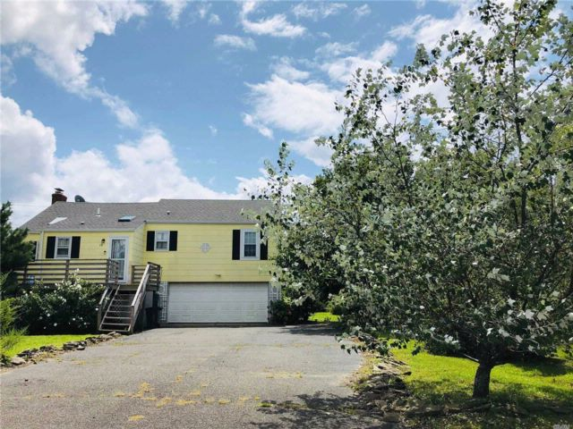 3 BR,  2.00 BTH 2 story style home in Oak Beach