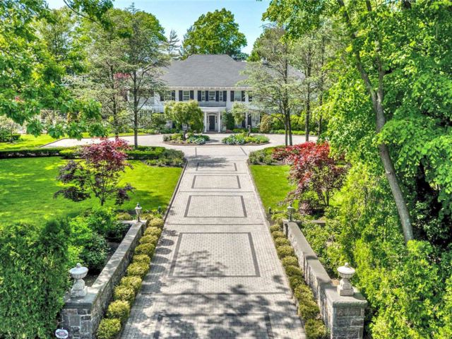5 BR,  6.50 BTH Colonial style home in Hewlett Bay Park