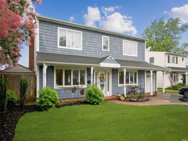 4 BR,  2.50 BTH Colonial style home in Levittown