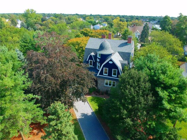 6 BR,  4.00 BTH  Colonial style home in Babylon